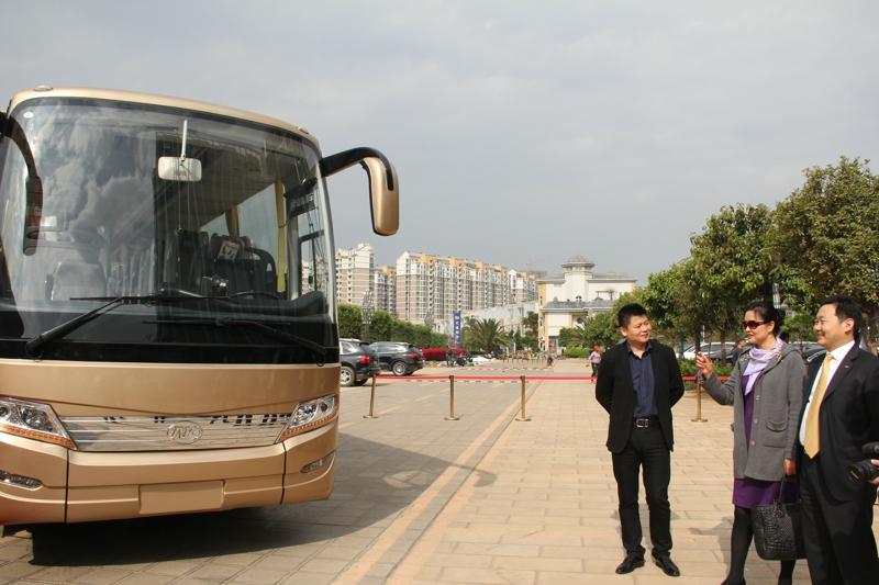 安凯副总汪先锋与云南旅游发展委员会副主任文淑琼(右二)