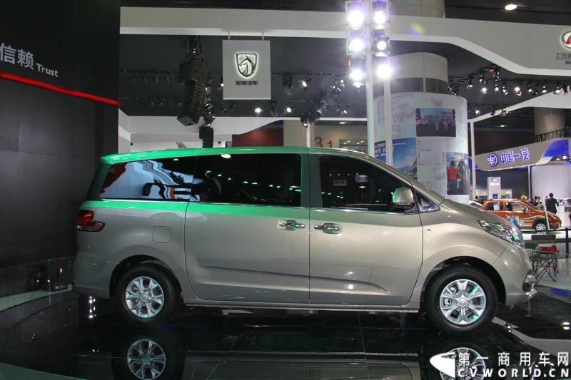 11月21日,广州国际车展在琶洲盛大开幕,国内知名商用车品牌上汽大通携全领域MPV G10在车展现场举行路演,同时,涵盖2014款商杰、2014款傲运通、2014款守护星专用校车和大通房车在内的2014款V80的家族全阵容产品也一同登陆广州,图为上汽大通全领域MPV G10 。