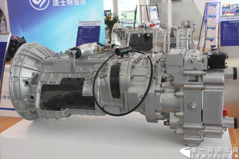 法士特携11款新产品登临2014(第十三届)北京国际汽车展览会,向国内外客户全面展示法士特最新科技成果。图为12JSDX200T变速器与FHB320B缓速器串联。