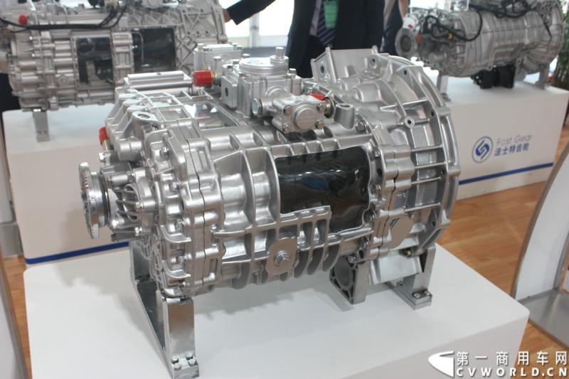 法士特携11款新产品登临2014(第十三届)北京国际汽车展览会,向国内外客户全面展示法士特最新科技成果。图为C6DSXL80T、110T系列变速器。
