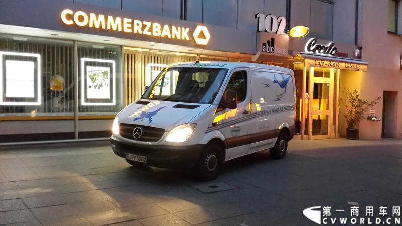 7月3日,奔驰未来卡车2025在德国马格德堡首发,第一商用车网记者有幸在现场见证了该首发仪式。除却奔驰未来卡车2025的自主驾驶功能给记者带来的不小的震撼外,在柏林街头,形形色色的轻客也给记者带来一次非同凡响的视觉盛宴。
