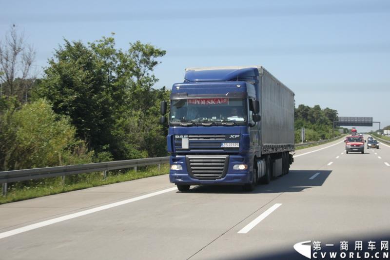 7月3日,奔驰未来卡车2025在德国马格德堡首发,第一商用车网记者有幸在现场见证了该首发仪式。除却奔驰未来卡车2025的自主驾驶功能给记者带来的不小的震撼外,而在柏林至马格德堡的高速公路上,形形色色的欧洲卡车也给记者带来一次非同凡响的视觉盛宴,正所谓独乐乐,不如众乐乐,一起来感受不一样的视觉冲击吧!图为行驶在柏林高速公路上的各色达夫卡车。