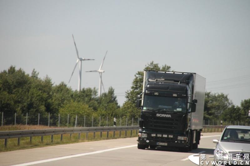 7月3日,奔驰未来卡车2025在德国马格德堡首发,第一商用车网记者有幸在现场见证了该首发仪式。除却奔驰未来卡车2025的自主驾驶功能给记者带来的不小的震撼外,而在柏林至马格德堡的高速公路上,形形色色的欧洲卡车也给记者带来一次非同凡响的视觉盛宴,正所谓独乐乐,不如众乐乐,一起来感受不一样的视觉冲击吧!图为行驶在柏林高速公路上的各色斯堪尼亚卡车。