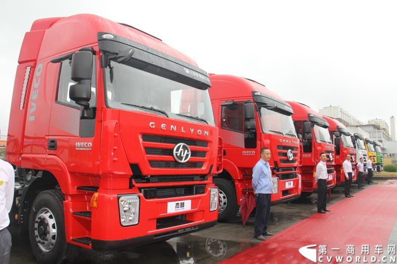 红岩杰卡和全新杰狮畅途版牵引车在山城重庆