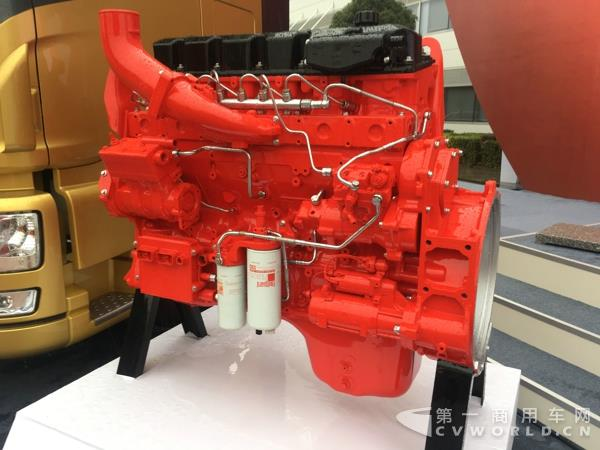 东风天龙和ISZ柴油发动机 本次活动所启动的新一代ISZ发动机助力 创世纪 卡车合作项目是合作双方未来发展的关键项目。据第一商用车网记者现场了解,创世纪卡车是由东风商用车计划开发的一款集众多先行技术于一身的智能高效卡车产品,基础车型为东风天龙旗舰,并将搭载新一代康明斯ISZ柴油发动机。该机型是在2006年双方联合开发的13升发动机上进行全面升级的全新产品,集成了康明斯最新的大功率发动机压缩制动技术、轻量化设计和制造工艺,能够有效提升发动机的综合性能,确保产品的可制造性和产品的可靠性、耐久性。