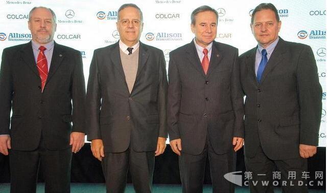 出席新车发布仪式的有艾里逊变速箱公司的Roberto Larossa,梅塞德斯-奔驰阿根廷的Roberto Pachame,艾里逊变速箱公司Evaldo Oliveira,以及Colcar公司的Daniel Dobrilovich。.jpg