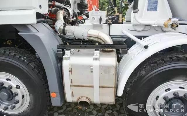 复合工况,主打轻量化!联合卡车8x4搅拌车测评4.jpg