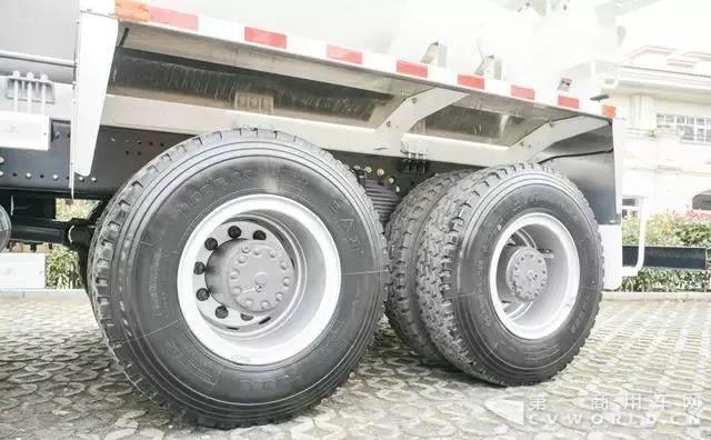 复合工况,主打轻量化!联合卡车8x4搅拌车测评5.jpg
