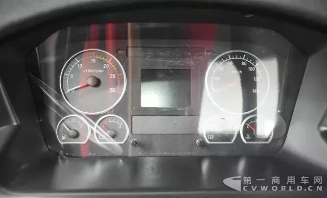 复合工况,主打轻量化!联合卡车8x4搅拌车测评12.jpg
