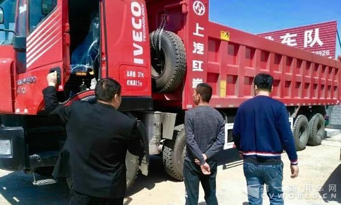 上汽动力点睛红岩金刚8X4自卸车,河北邢台推介会备受青睐2.jpg